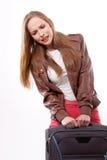 La donna solleva una valigia pesante fotografia stock libera da diritti
