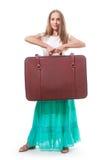 La donna solleva una valigia pesante, isolata su bianco Fotografia Stock