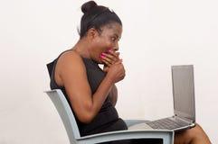 La donna sorpresa considera il computer portatile Fotografia Stock Libera da Diritti
