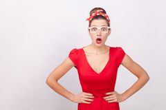 La donna sorpresa espressiva, apre la bocca con scossa, esaminante il Ca immagini stock
