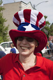 La donna sorride con il cappello di zio Sam Fotografie Stock
