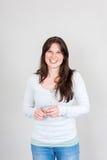 La donna sorridente con esamina la macchina fotografica Fotografie Stock