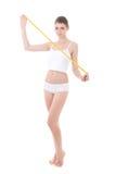 La donna sorridente con la bella misura della tenuta del corpo lega il isola con un nastro Immagine Stock