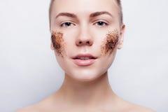 La donna sorridente con pulisce lo skrub del caffè della pelle Fotografia Stock