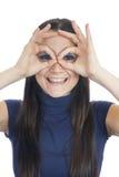La donna sorridente fa i vetri di dito Immagini Stock