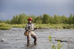 La donna sorridente fa la pesca con la mosca Immagini Stock Libere da Diritti