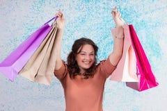 La donna sorridente felice ad acquisto tiene i sacchi di carta colourful, pacchetto Immagine Stock Libera da Diritti