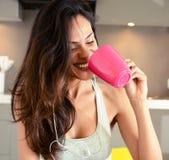 La donna sorridente felice ascolta musica con la cuffia fotografie stock libere da diritti