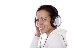 La donna sorridente felice con le cuffie ascolta musica Fotografie Stock Libere da Diritti