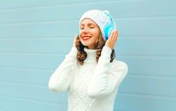 La donna sorridente felice in cuffie gode di ascolta musica fotografie stock libere da diritti
