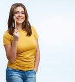 La donna sorridente giudica la spazzola a trentadue denti isolata sopra fondo bianco Fotografia Stock Libera da Diritti