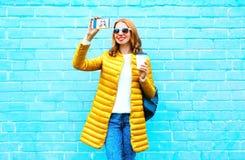 la donna sorridente prende un autoritratto dell'immagine sullo smartphone Immagini Stock