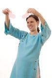 La donna sorridente si leva in piedi in un vestito blu Fotografie Stock Libere da Diritti
