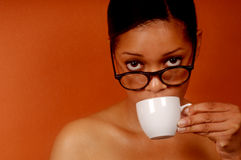 La donna sorseggia il caffè fotografia stock