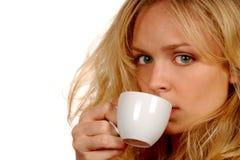 La donna sorseggia il caffè Immagine Stock