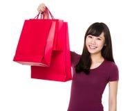La donna sostiene con il sacchetto della spesa Immagine Stock Libera da Diritti