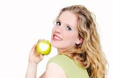 La donna sostiene una mela verde Immagine Stock