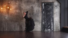 La donna spagnola appassionata sta ballando il tango da solo in una stanza drammatica archivi video