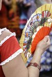 La donna spagnola si è vestita nel flamenco, con il fan tradizionale fotografia stock