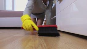 La donna spazza il pavimento