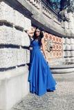 La donna splendida con capelli scuri indossa il vestito lussuoso ed il gioiello Immagini Stock Libere da Diritti