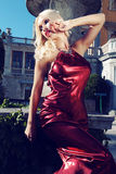 La donna splendida con capelli scuri indossa il vestito lussuoso ed il gioiello Fotografie Stock Libere da Diritti