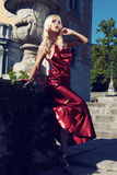 La donna splendida con capelli scuri indossa il vestito lussuoso ed il gioiello Immagine Stock Libera da Diritti
