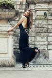 La donna splendida con capelli scuri porta il vestito lussuoso Immagine Stock