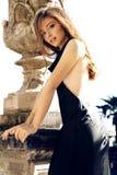 La donna splendida con capelli scuri porta il vestito lussuoso Fotografie Stock