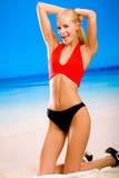 La donna in sport-porta sulla spiaggia Fotografia Stock Libera da Diritti