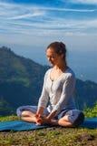 La donna sportiva di misura pratica il asana Baddha Konasana di yoga all'aperto immagine stock libera da diritti