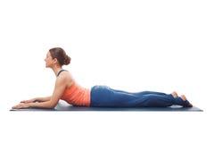 La donna sportiva di yogini di misura pratica il asana di yoga fotografie stock libere da diritti