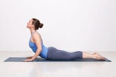 La donna sportiva di yogini di misura pratica il asana di yoga fotografia stock