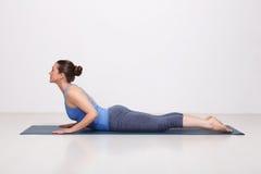 La donna sportiva di yogini di misura pratica il asana di yoga immagini stock