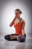 La donna sportiva di yogini di misura pratica il pranayama di yoga fotografia stock