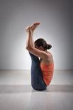 La donna sportiva pratica il mukha di Urdhva di asana di yoga Fotografia Stock Libera da Diritti