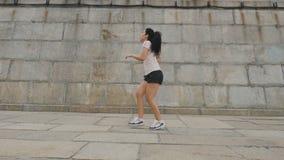 La donna sportiva prende il suo respiro dopo avere corso video d archivio