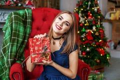 La donna squisita ottiene una scatola di sorpresa e si rallegra Concetto nuovo YE Fotografie Stock