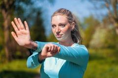 La donna sta allungando in un vestito da sport Fotografia Stock Libera da Diritti