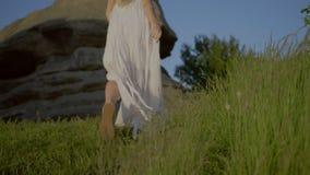 La donna sta andando lungo il sentiero per pedoni archivi video