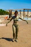 La donna sta applicando il fango Immagini Stock Libere da Diritti