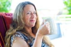 La donna sta bevendo la birra Immagine Stock