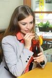 La donna sta bevendo la spremuta Fotografia Stock Libera da Diritti