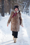 La donna sta camminando alla sosta di inverno Immagini Stock Libere da Diritti