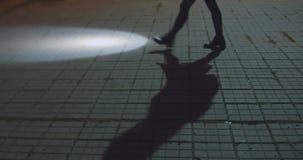 La donna sta camminando alla via con la torcia elettrica stock footage