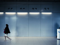 La donna sta camminando da solo con l'ombra dell'uomo immagine stock