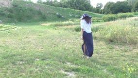 La donna sta camminando nel campo video d archivio