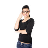 La donna sta chiamando con un telefono mobile Fotografia Stock Libera da Diritti