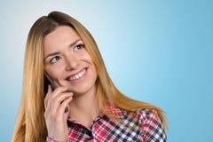 La donna sta chiamando con un telefono mobile Fotografia Stock