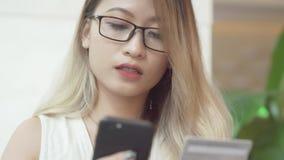 La donna sta comperando online Fotografie Stock Libere da Diritti